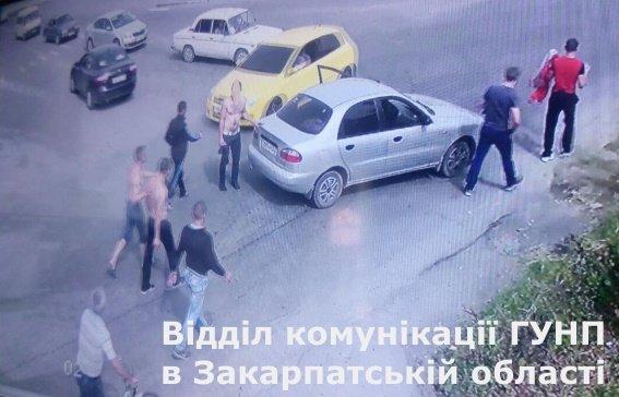 Закарпатські поліцейські затримали чоловіків, які вчинили масову бійку: фото, фото-1