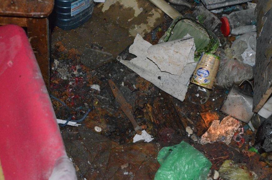 В квартире, где сидел мужчина с оружием, множество пулевых отверстий, дырка в полу и выбита дверь (ФОТО), фото-2
