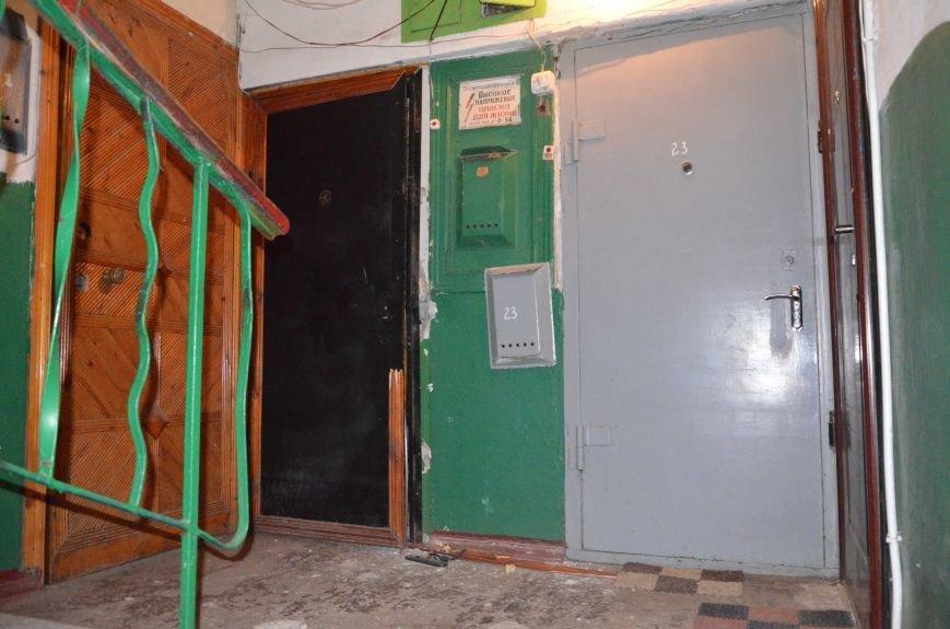 В квартире, где сидел мужчина с оружием, множество пулевых отверстий, дырка в полу и выбита дверь (ФОТО), фото-5