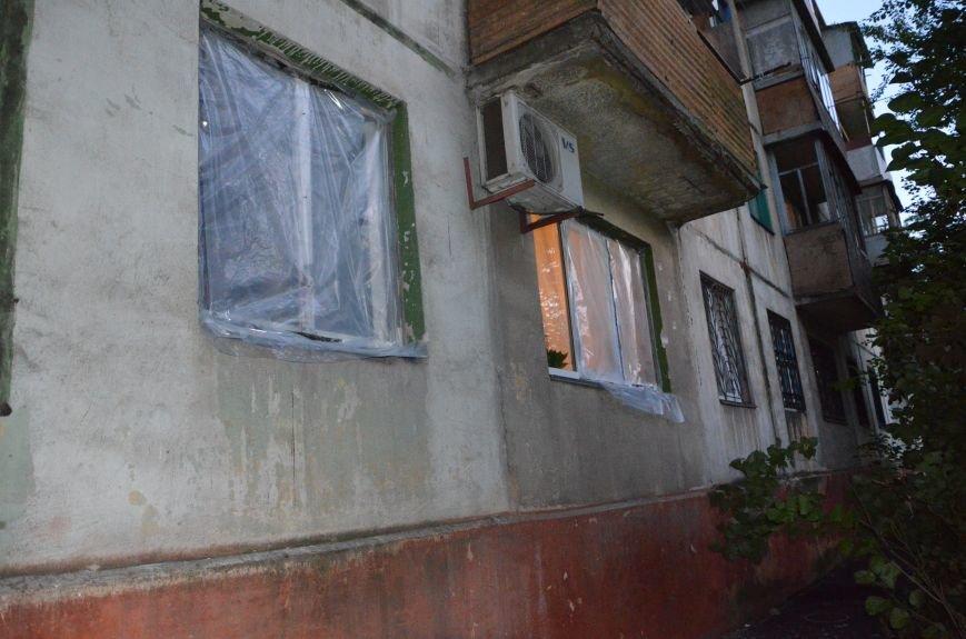 В квартире, где сидел мужчина с оружием, множество пулевых отверстий, дырка в полу и выбита дверь (ФОТО), фото-7