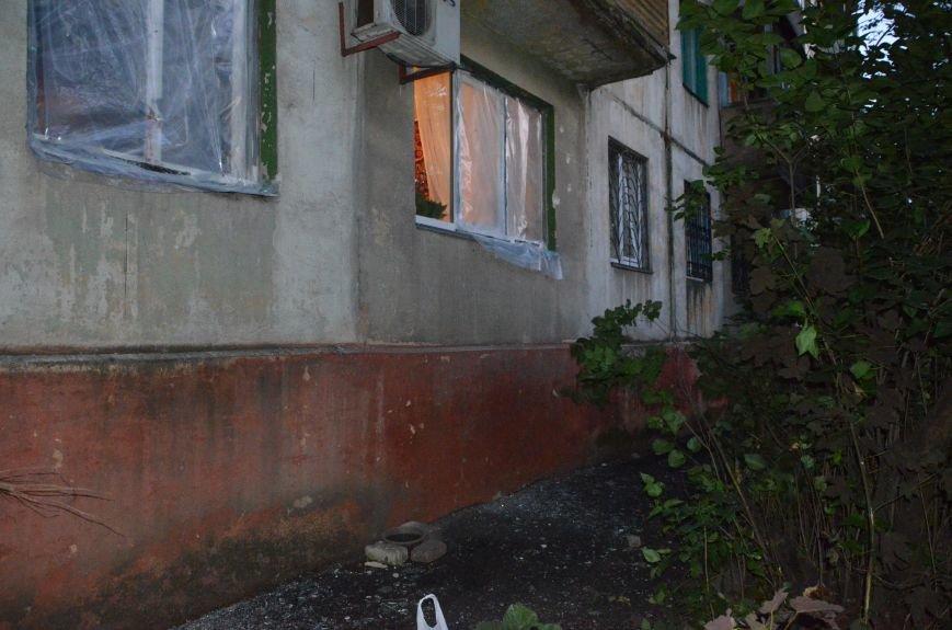 В квартире, где сидел мужчина с оружием, множество пулевых отверстий, дырка в полу и выбита дверь (ФОТО), фото-3