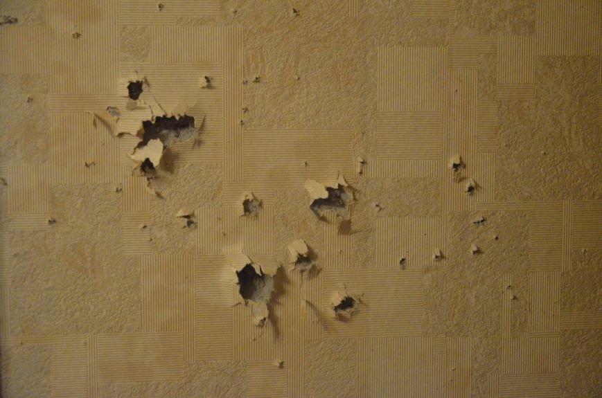 В квартире, где сидел мужчина с оружием, множество пулевых отверстий, дырка в полу и выбита дверь (ФОТО), фото-8
