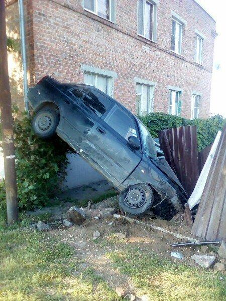 В хуторе Калинин иномарка въехала в забор и жилой дом, фото-1