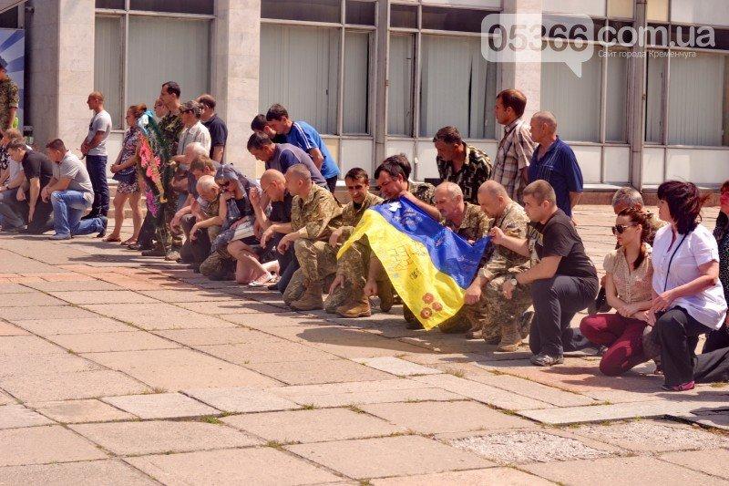Кременчужане стали на колени перед погибшим бойцом Александром Осиповым, фото-3