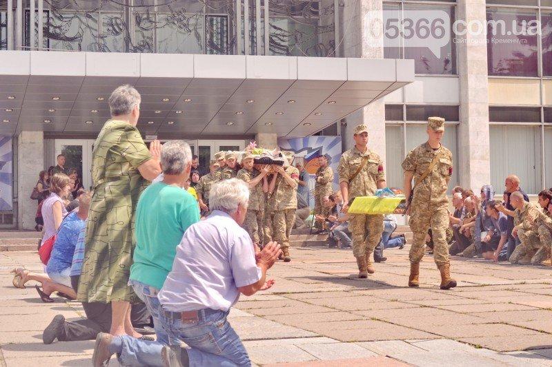 Кременчужане стали на колени перед погибшим бойцом Александром Осиповым, фото-2