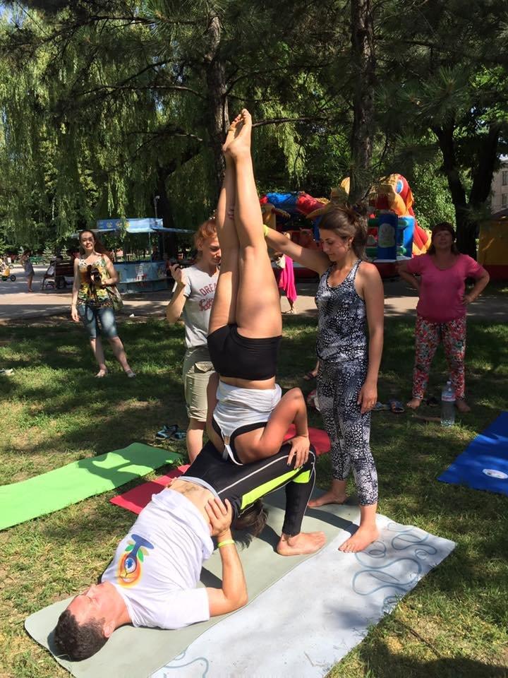 """В Международный День йоги  даже мариупольский коп сел в позу """"Лотоса"""" (ФОТО), фото-2"""