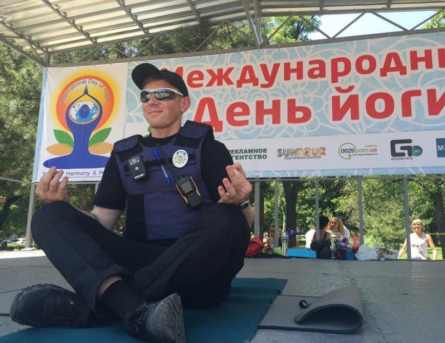 """В Международный День йоги  даже мариупольский коп сел в позу """"Лотоса"""" (ФОТО), фото-17"""