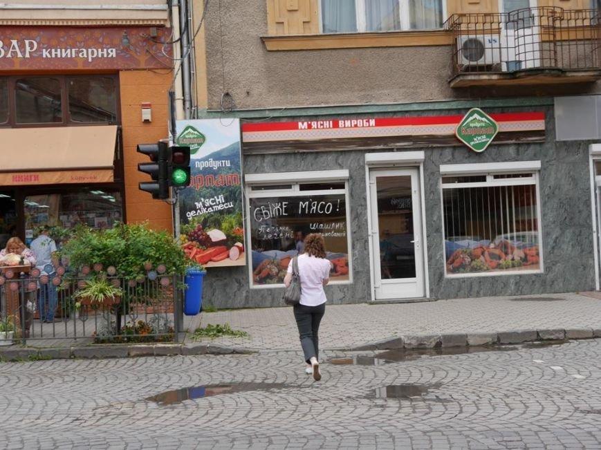 """В Ужгороді біля """"Кобзаря"""" запрацював ще один світлофор: фото, фото-2"""
