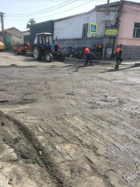 В Симферополе кладут асфальт на месте текущей канализации (ФОТО), фото-2