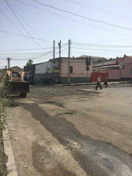 В Симферополе кладут асфальт на месте текущей канализации (ФОТО), фото-3