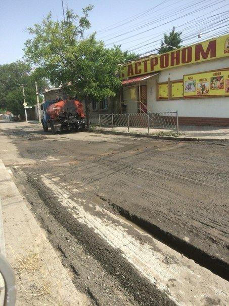 В Симферополе кладут асфальт на месте текущей канализации (ФОТО), фото-1