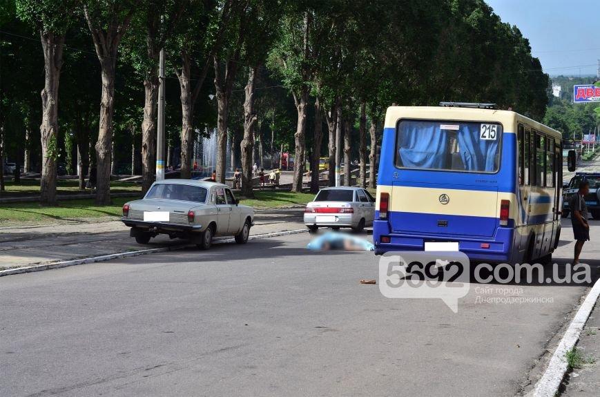 В Каменском на проспекте Свободы в ДТП маршрутка насмерть сбила женщину на пешеходном переходе, фото-1