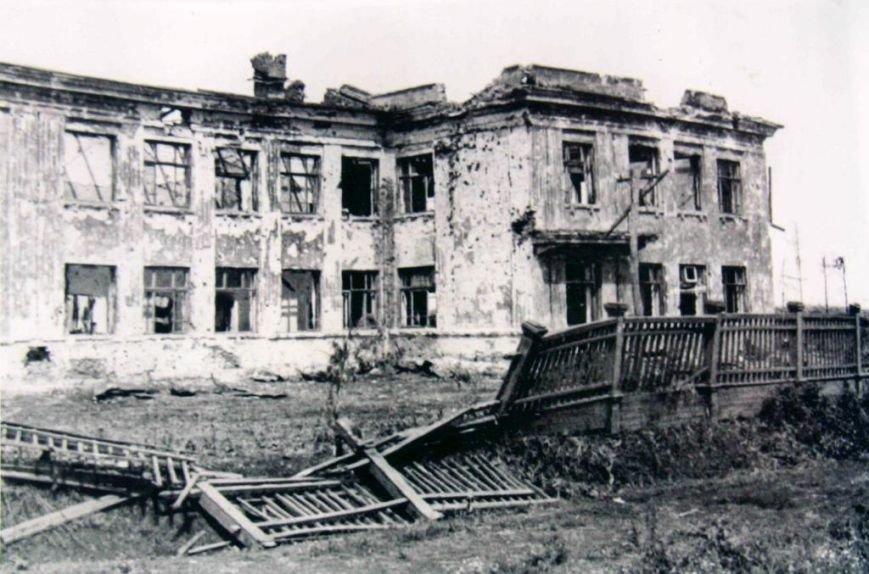 Школа поселка Поныри после боев в июле 1943 года.