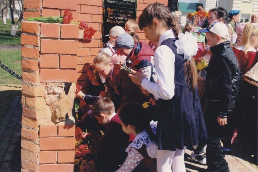 Открытие памятного знака старшему лейтенанту Ивану Рябову и бойцам его роты на месте школы, которую они героически обороняли   (2)