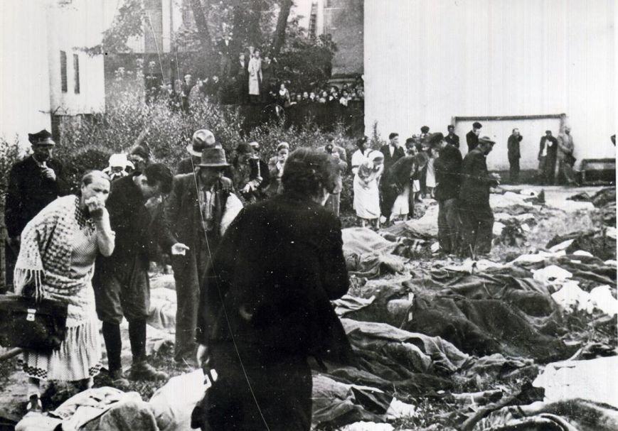 Львовяне разыскивают своих расстрелянных НКВД родных во дворе тюрьмы на ул. Лонцкого. Июнь 1941 г.