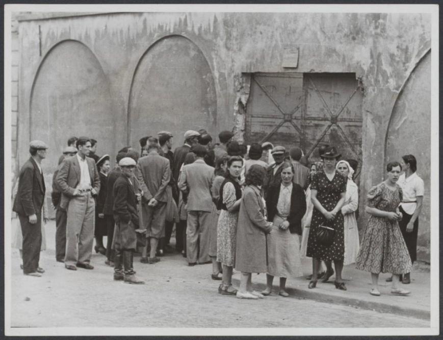 Львовяне разыскивают среди расстрелянных своих родных во дворе тюрьмы № 1 Львов, 3 июля 1941