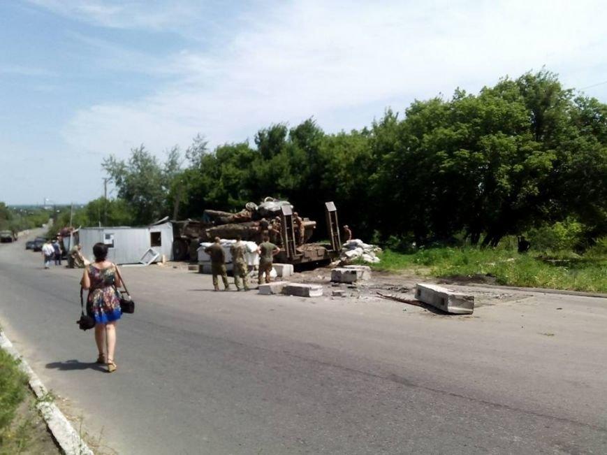 Военный тягач въехал в блокпост в Луганской области (ФОТО), фото-1
