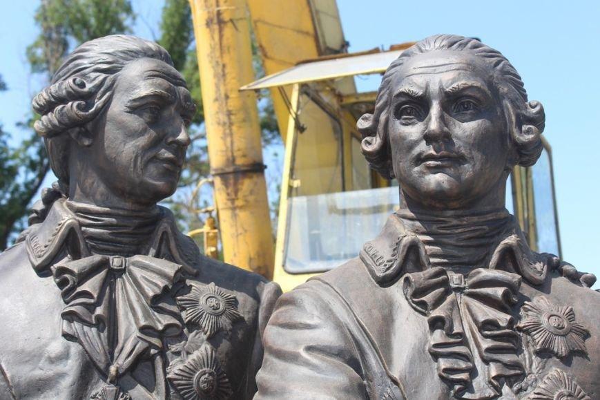 В Симферополе бронзовую Екатерину II подняли на пьедестал (ФОТО), фото-2