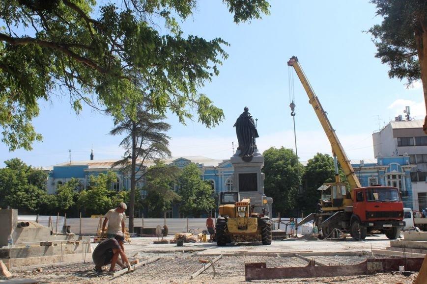 В Симферополе бронзовую Екатерину II подняли на пьедестал (ФОТО), фото-5