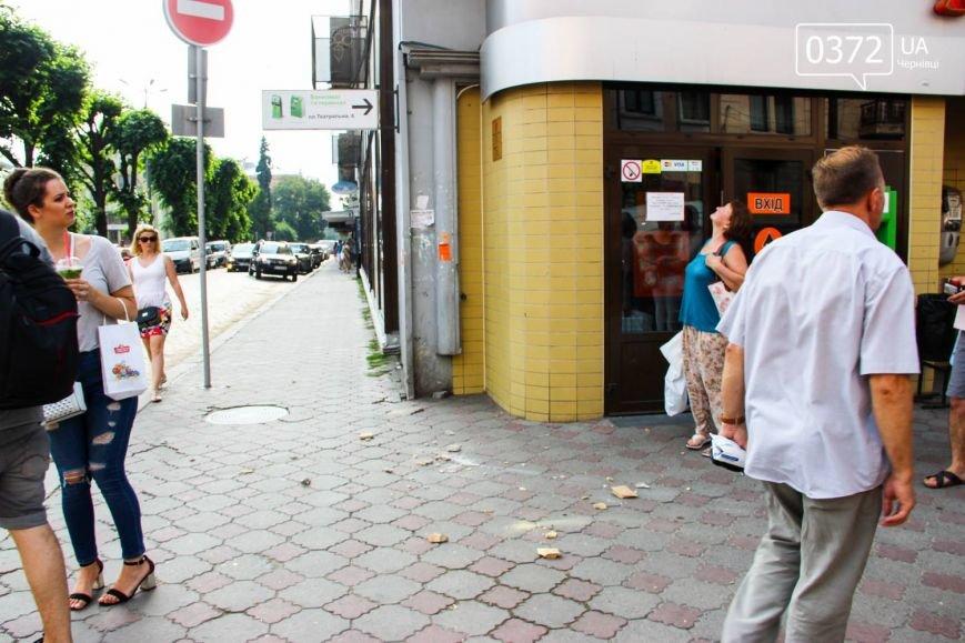 У Чернівцях штукатурка мало не вбила перехожих(ФОТО), фото-1