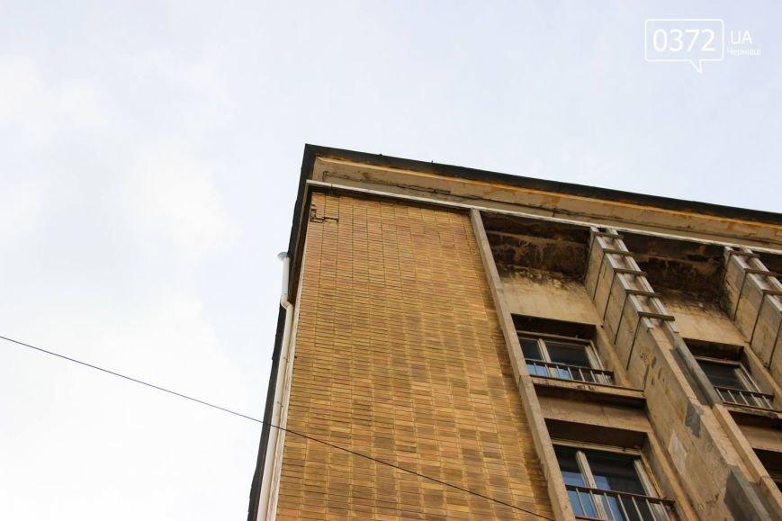 У Чернівцях штукатурка мало не вбила перехожих(ФОТО), фото-2
