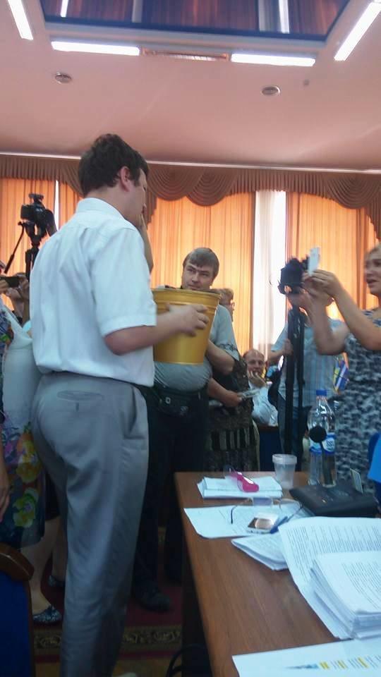 """Только что на сессии горсовета мэру Херсона подарили """"золотое"""" ведро (фото), фото-1"""
