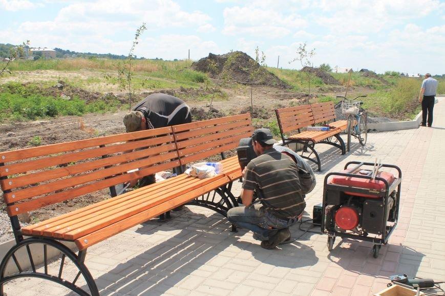 На набережной Бахмутки устанавливают скамейки (ФОТОФАКТ), фото-4