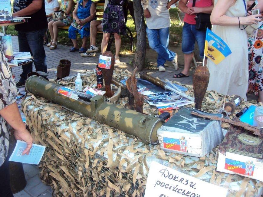 В Херсоне волонтеры представили выставку с фотографиями из Широкино и доказательствами российской агрессии (фото), фото-3