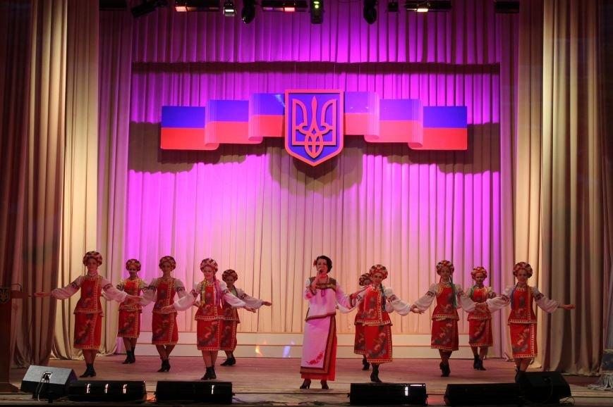 В Бахмуте состоялся праздничный концерт ко Дню Конституции Украины, фото-1