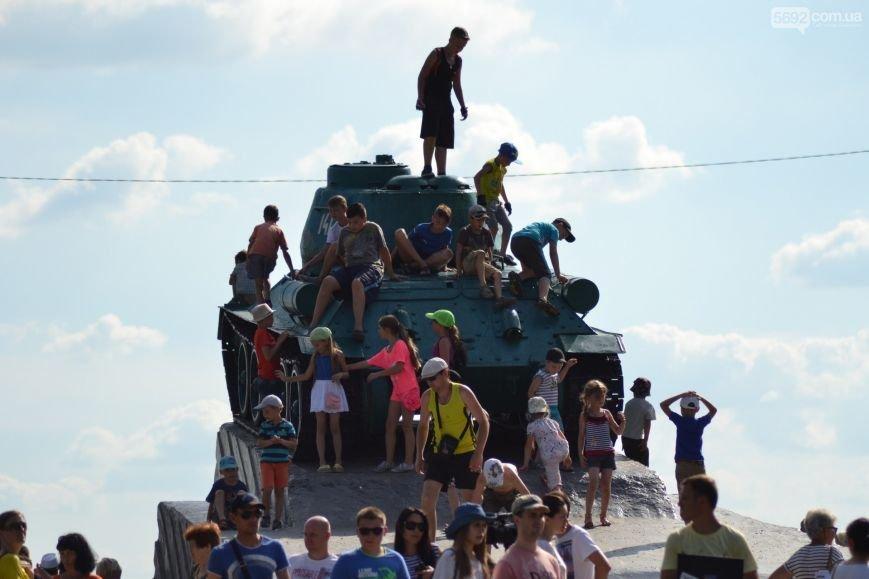 Накануне Дня молодежи в Каменском открыли фонтан и левобережный пляж, провели концерт и патриотический квест, фото-14