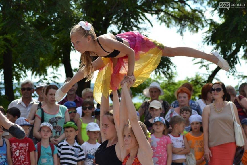 Накануне Дня молодежи в Каменском открыли фонтан и левобережный пляж, провели концерт и патриотический квест, фото-6