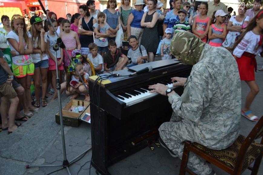 Накануне Дня молодежи в Каменском открыли фонтан и левобережный пляж, провели концерт и патриотический квест, фото-16