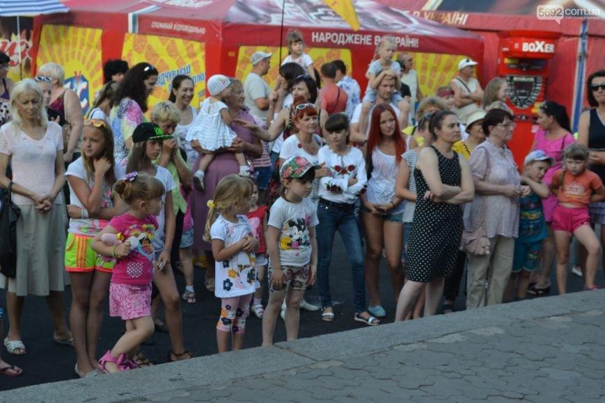Накануне Дня молодежи в Каменском открыли фонтан и левобережный пляж, провели концерт и патриотический квест, фото-19