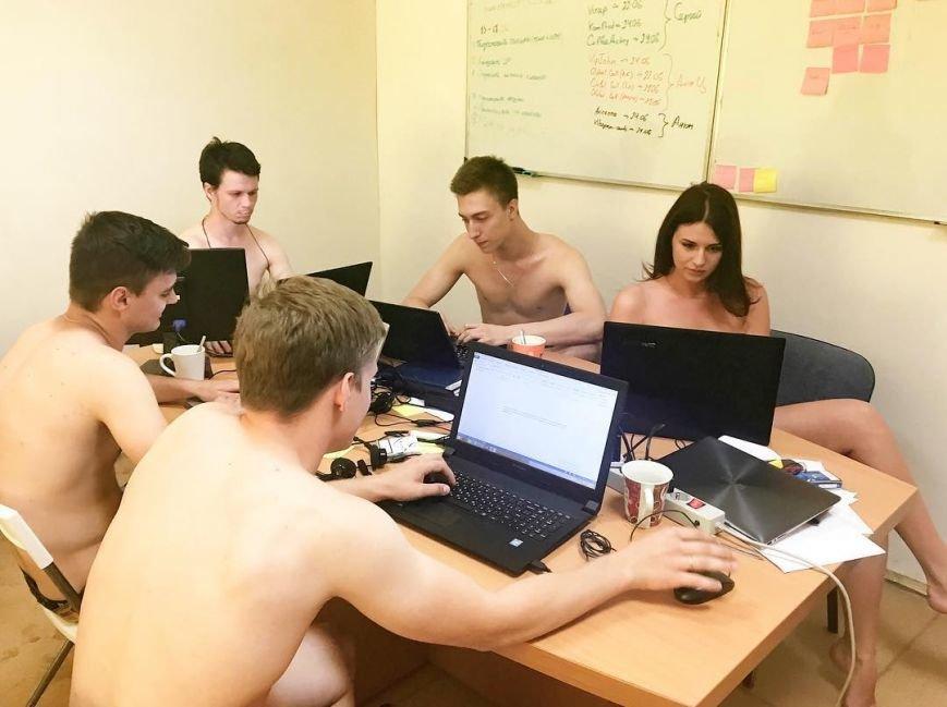 Фото: через обмовку Лукашенка білоруси стали працювати голими, фото-3