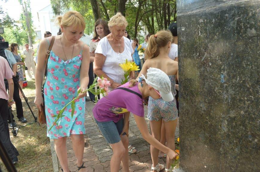 В Северодонецке возложили цветы к памятникам Шевченко и Франко по случаю двадцатой годовщины Конституции Украины (ФОТО), фото-4
