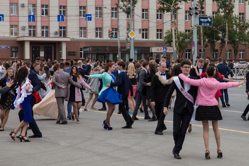 Вслед за мечтой проводили выпускников школ на центральной площади Южно-Сахалинска, фото-10