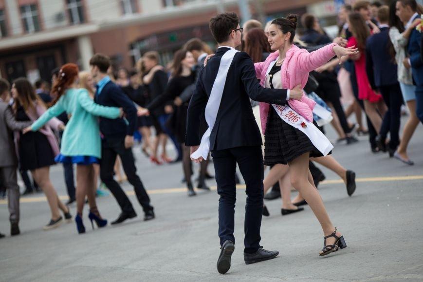 Вслед за мечтой проводили выпускников школ на центральной площади Южно-Сахалинска, фото-9