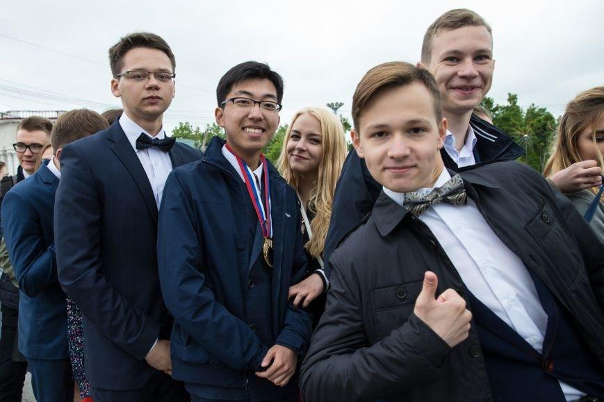 Вслед за мечтой проводили выпускников школ на центральной площади Южно-Сахалинска, фото-7