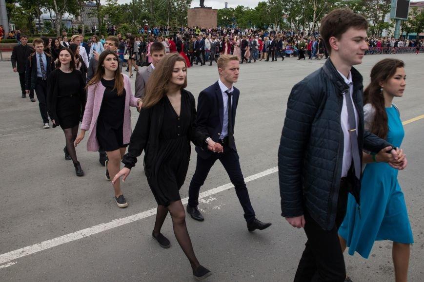 Вслед за мечтой проводили выпускников школ на центральной площади Южно-Сахалинска, фото-1