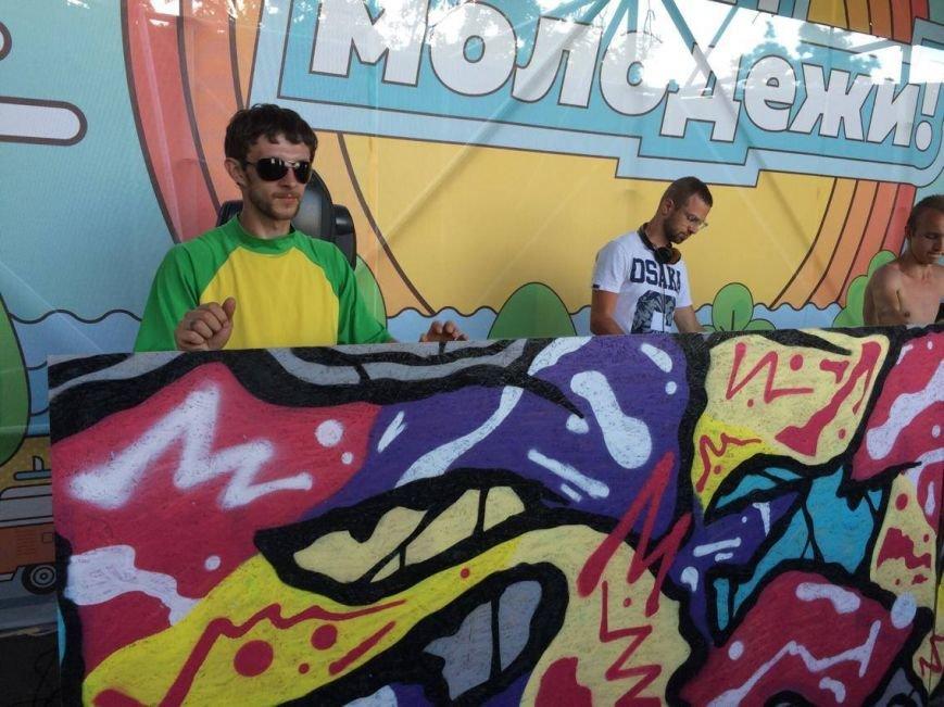 Тысячи мариупольцев стали участниками яркого и красочного шоу, посвященного Дню молодежи (ФОТО), фото-13