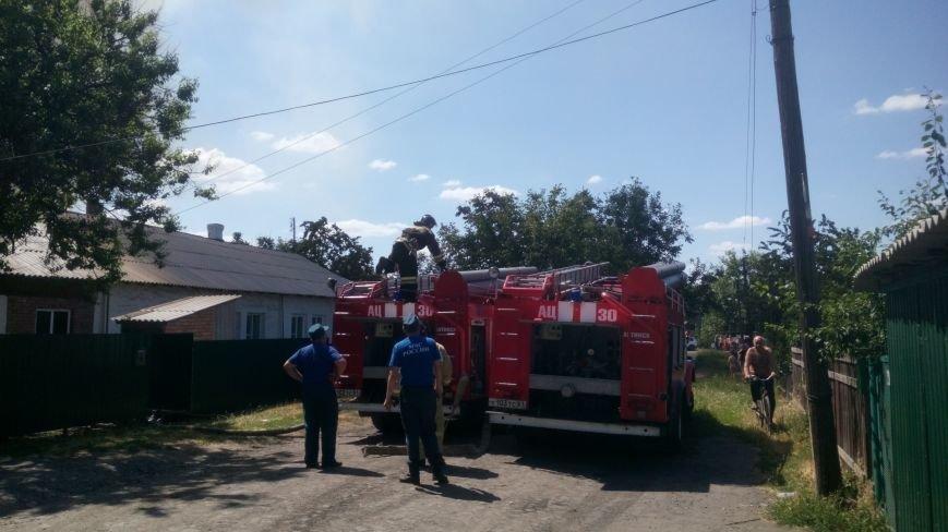 В поселке Горького Новошахтинска горят сараи, пожарные пытаются отстоять жилые дома, фото-1