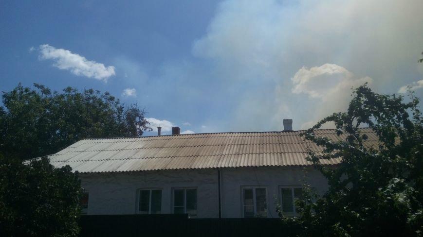 В поселке Горького Новошахтинска горят сараи, пожарные пытаются отстоять жилые дома, фото-2