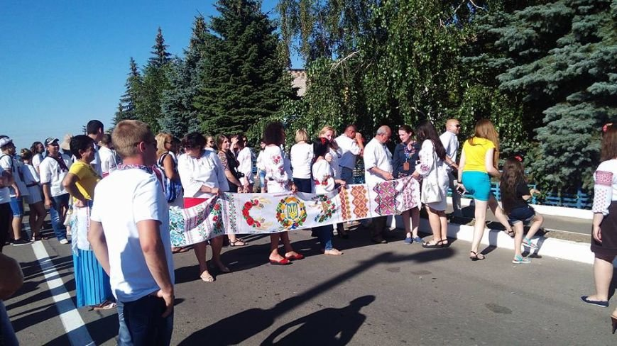 В Урзуфе вблизи Мариуполя молодежь со всей Украины установила рекорд в вышиванках (ФОТО), фото-1