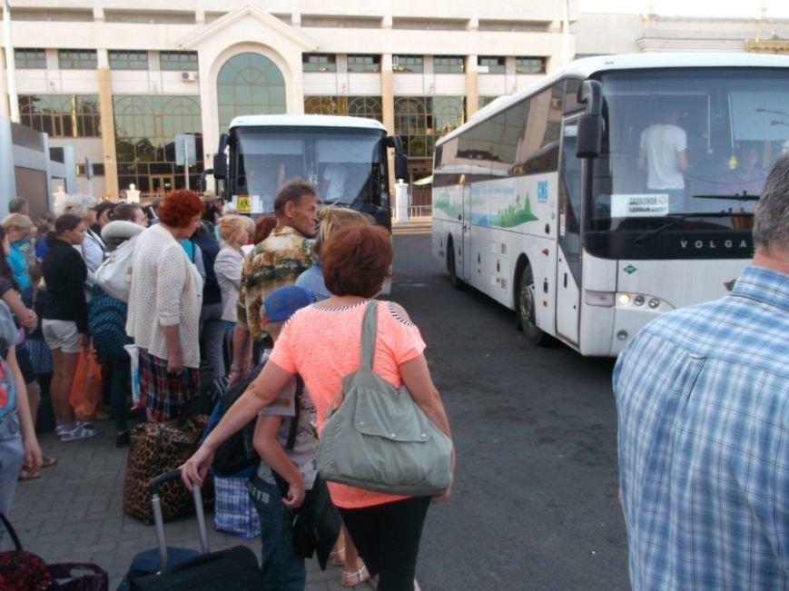 1 в ожидании погрузки в автобус