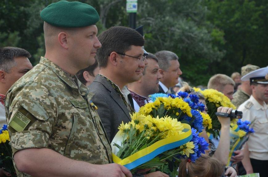 В Мариуполе скромно отмечают День Конституции Украины (ФОТО+ВИДЕО), фото-3
