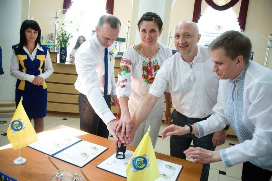 Валерій Головко, Оксана Черкас та Олександр Мазур гасять святковий конверт та марку