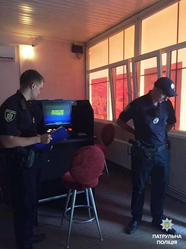 """В Херсоне патрульной полиции """"повезло"""" обнаружить зал игровых автоматов (фото), фото-2"""