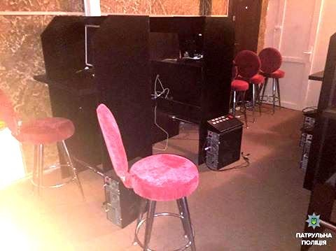 """В Херсоне патрульной полиции """"повезло"""" обнаружить зал игровых автоматов (фото), фото-1"""