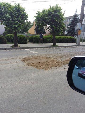 Або болотом або піском - у Чернівцях ремонтують дороги(ФОТО), фото-1