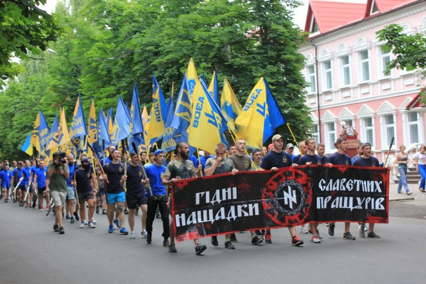 Гражданский корпус «Азов» провел в Бахмуте факельное шествие (ФОТОРЕПОРТАЖ), фото-2
